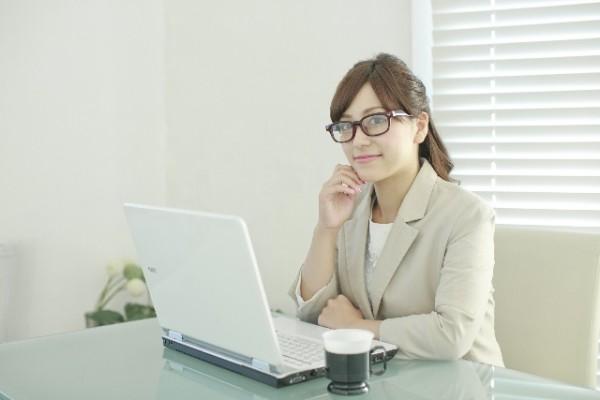 女性の眼鏡姿が職場の男性に人気!【メガネ美人になれる演出方法】