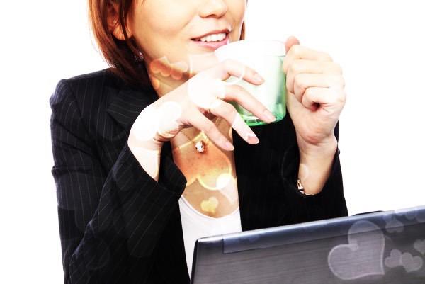【職場恋愛術】職場男性への「脈ありサインの送り方」