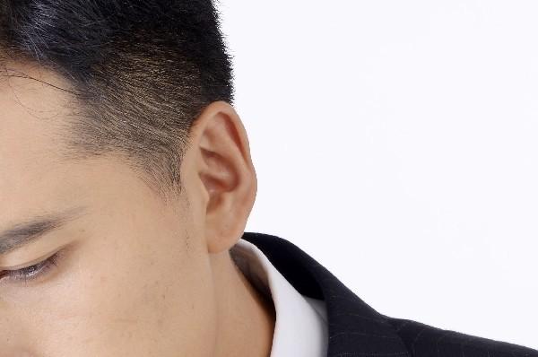 【男性心理】耳たぶを触る仕草が示すサインの意味と対応方法。